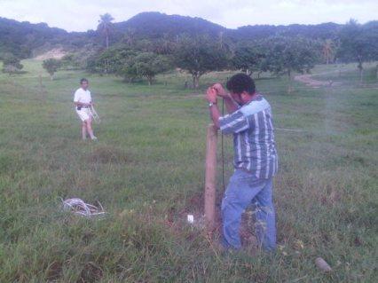 Salim y Jaime alineando antenas yagi verticales
