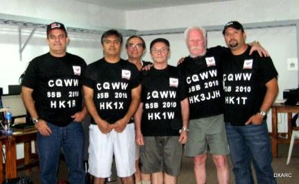 Operadores en el CQWWSSB 2010 foto dentro de la estacion