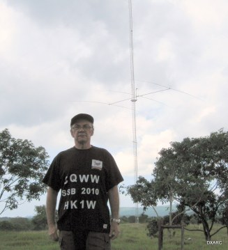 HK1W posando delante de la torre de 40 metros el Kraken